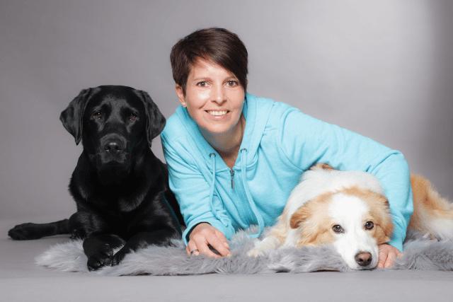 Anja Mersdorf Hundeschule Bochum mit ihren Hunden Abbey und Cookie